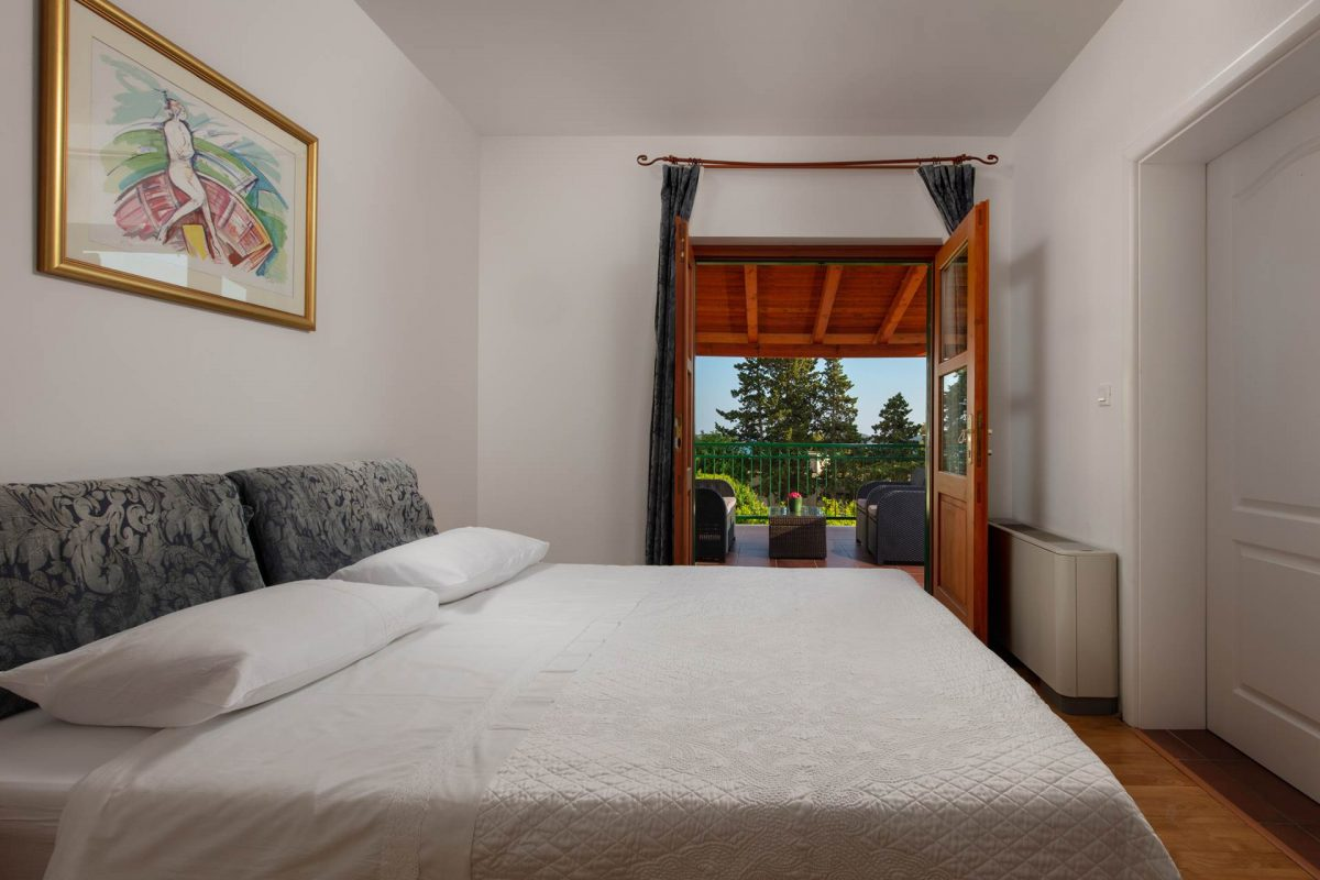 Double bed bedroom with access to the covered terrace