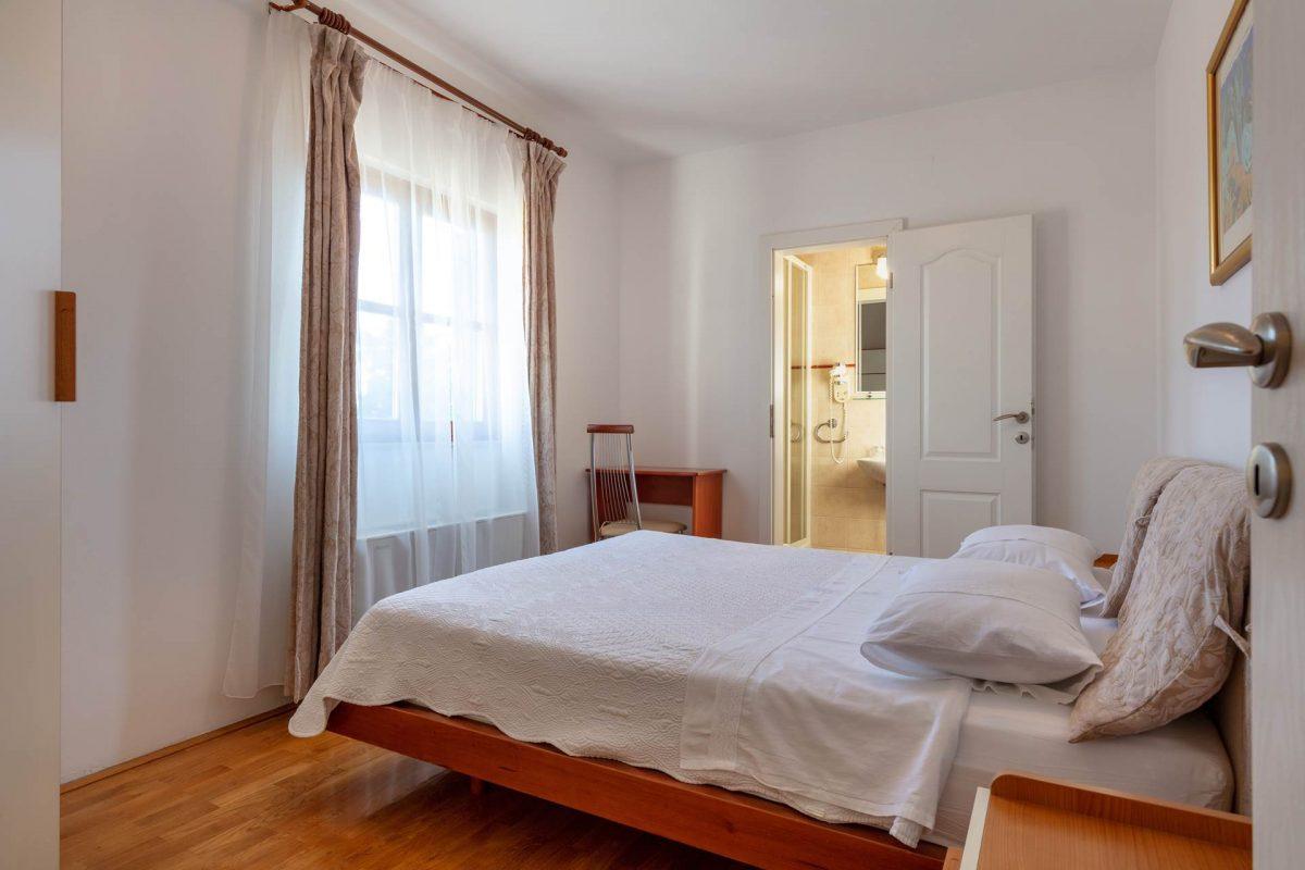 Double-bedded room and en suite bathroom